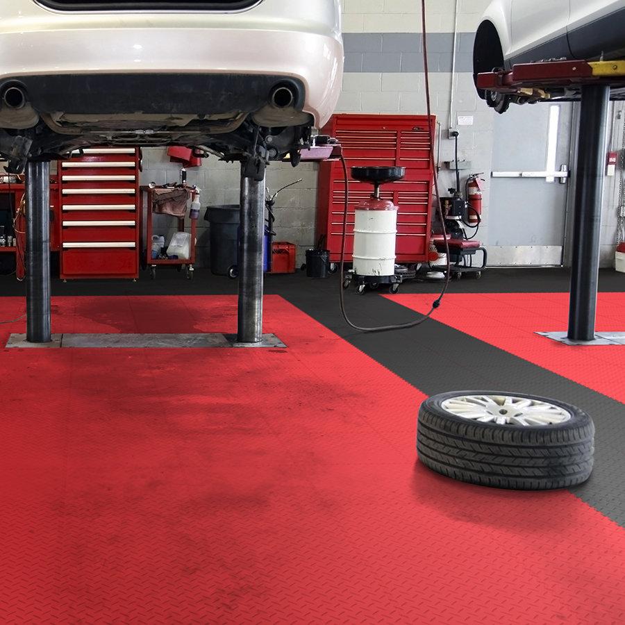 Plastové dlaždice Fortelock Industry - podlaha v autoservisu - červená a černá barva, dezén diamant.