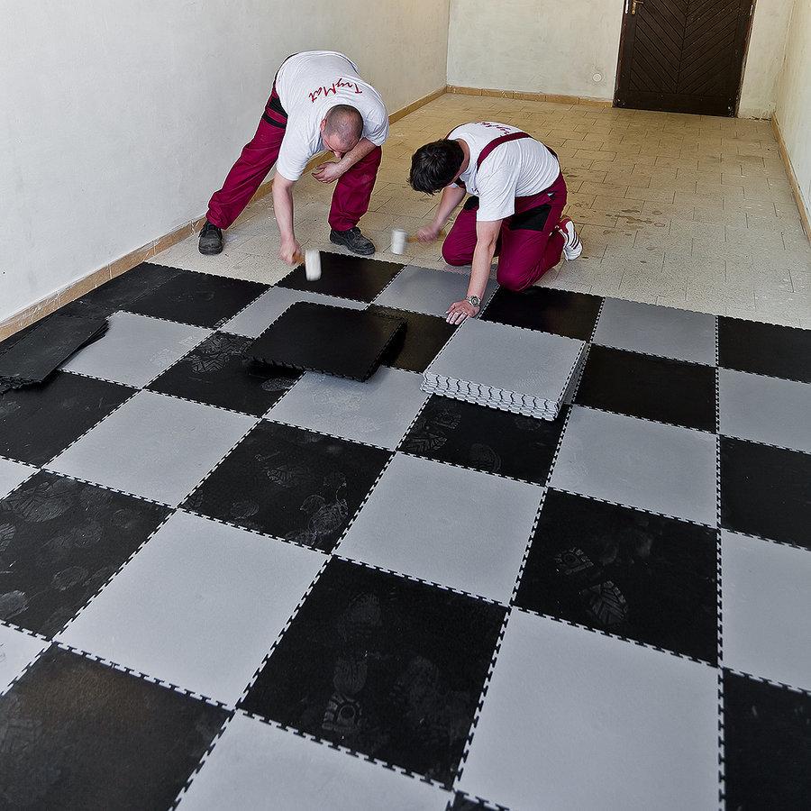 Plastové dlaždice Fortelock - pokládka nové podlahy v garáži - šedo-černá mozaika, dezén kůže.