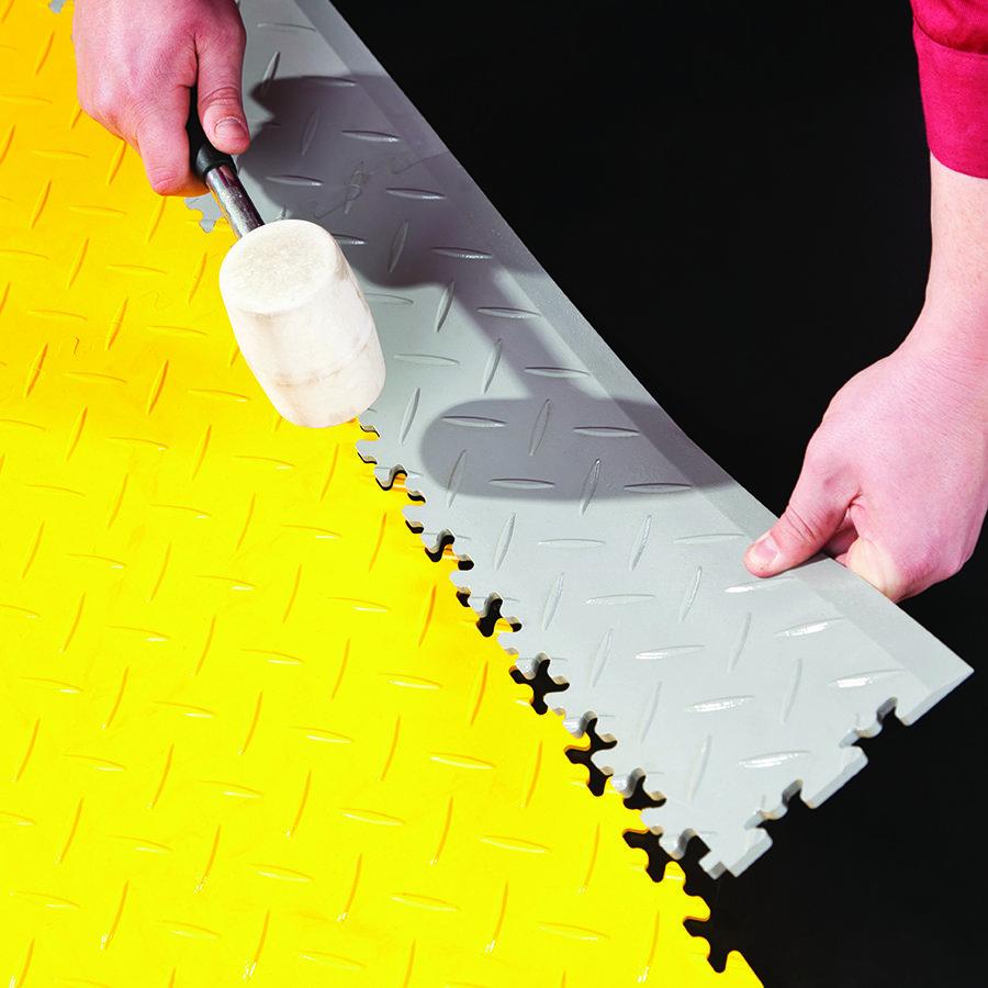 Plastové dlaždice Fortelock ve verzi Industry nebo Light - instalace podlahy - spojení dlaždice a nájezdu.