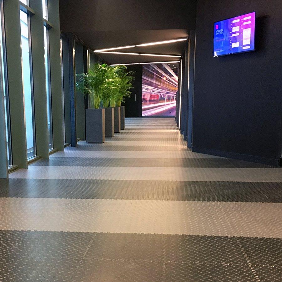 Plastové dlaždice Fortelock ve verzi Industry nebo Light - nová podlaha v komerčních prostorech (fitness) - šedá a černá barva, dezén diamant.