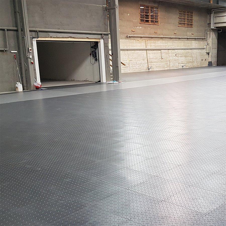 Plastové dlaždice Fortelock Industry - podlaha ve velké garáži - šedá a grafitová barva, dezén diamant.